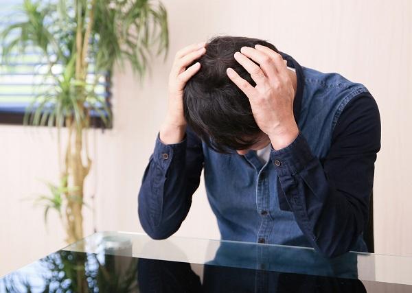 借金に悩む男性のイメージ