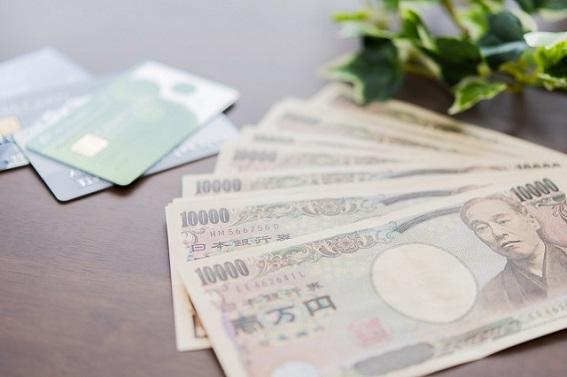紙幣とキャッシュカード